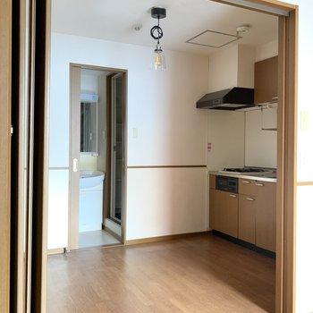 ダイニングと洋室は折戸で仕切ります。(※照明はサービス設置です)