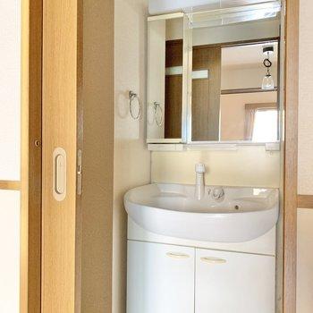 キッチンのすぐそばに脱衣所。洗面台と洗濯機置き場がとなり同士。