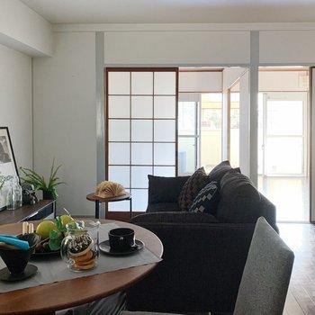 【リビング12帖】テーブルやソファを置いて、のんびり過ごしましょ。(※家具は見本で、2階の同間取り別部屋のものです)