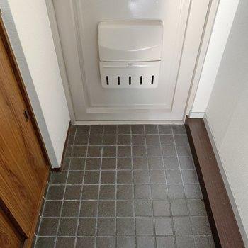 玄関は少しコンパクト。1〜2足程は出しておけそう。(※2階の同間取り別部屋のものです)