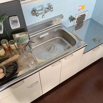 キッチンはシンクも作業スペースもゆったり!コンロは持ち込みましょうね。(※家具は見本で、2階の同間取り別部屋のものです)
