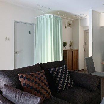 【リビング12帖】緑のカーテンを発見しました!(※家具は見本で、2階の同間取り別部屋のものです)
