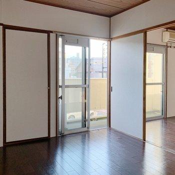 【洋室②6帖】戸は開けておいても開放的に使えそう◎(※小物は見本で、2階の同間取り別部屋のものです)