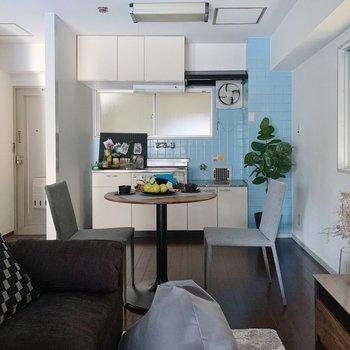 水色タイルのキッチンがポイントです◯(※家具は見本で、2階の同間取り別部屋のものです)