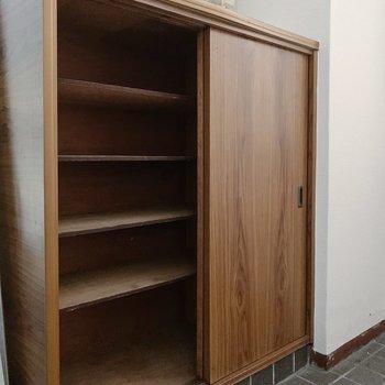 シューズボックスはこれくらい。横にシューズラックを置くスペースもありました◎(※小物は見本で、2階の同間取り別部屋のものです)