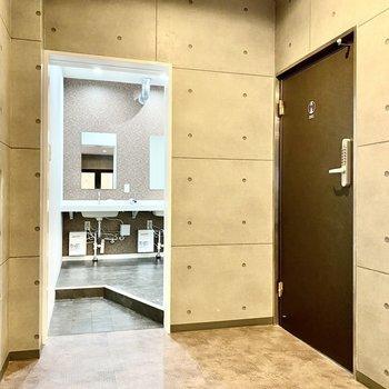 【サニタリースペース:間取り図1F上部】右の扉は女性専用のシャワースペースへ続きます。