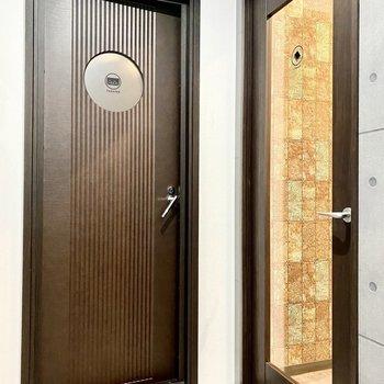 左はシアタールーム、右はライブラリーへの扉。