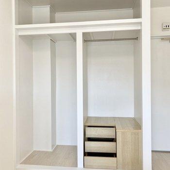 大容量のオープンクローゼット。右下には小棚もついています。