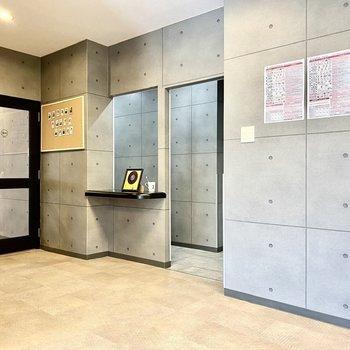ガラス扉はラウンジ、正面の通路はライブラリーや、お手洗いにつながっています。