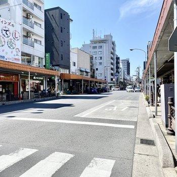 駅前のバス停付近。いろんなお店が並んでいましたよ。