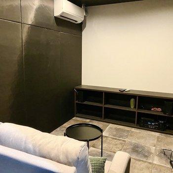 【シアタールーム:間取り図上部】真っ白な壁に映像を投影します。