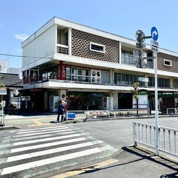 駅前。大きなロータリーやお店が並び栄えている印象でした。