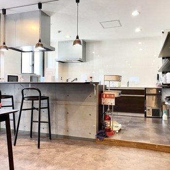 【キッチン:間取り図左下】コンクリート地の美しい空間です。