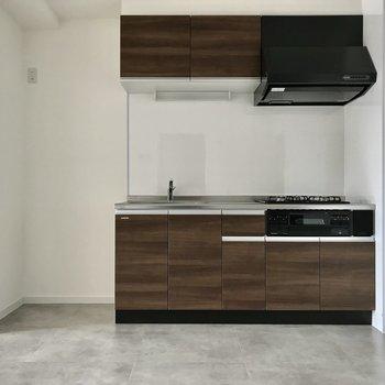 キッチンは大人ブラウン。隣に冷蔵庫も置けますよ