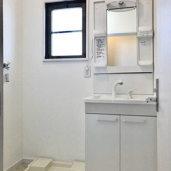 コンパクトですが使いやすくて綺麗な洗面台。窓もあるので明るいですね!
