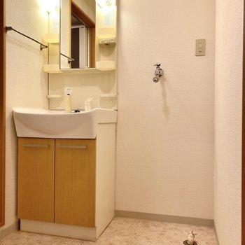 脱衣所に洗濯機置き場があるとお着替えも楽々です。