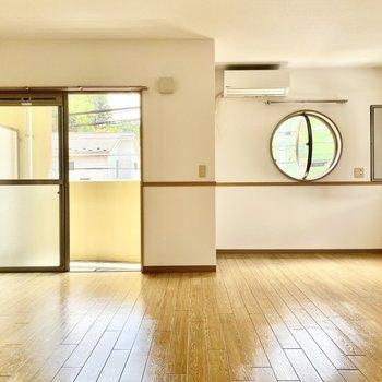 2面採光で窓が多い空間ですね。