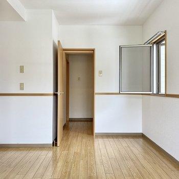 正面のドアからもクローゼットに入れます。
