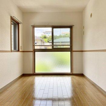 腰窓とすりガラスが合わさって、大きく光が入りますよ。