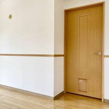 こちらは廊下に面していますね。エアコンが設置できるのもポイントです。