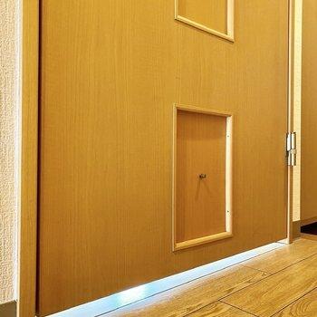【ディティール】洋室の扉はペットドアになっています。