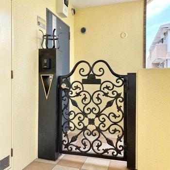 玄関前共用部。可愛らしい門構え。