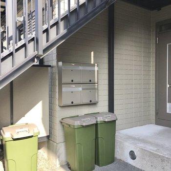 ポストは階段下に。専用のゴミ箱までついています。