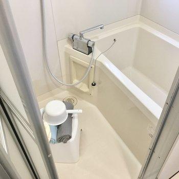 お風呂はサーモ水栓!窓もあるので換気もできますね。(※写真の小物は見本です)