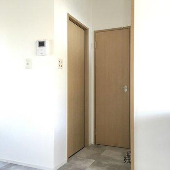 玄関前に水回りがあります。右がトイレ、左は脱衣所です。