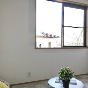 こちらはキッチン横の4.5帖の洋室。(※写真の小物は見本です)