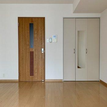 クローゼット扉に姿見付いてます。(※写真は8階の同間取り別部屋、清掃前のものです)