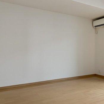壁寄せで家具が置きやすいんです。(※写真は8階の同間取り別部屋、清掃前のものです)