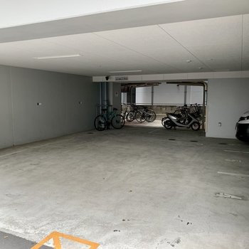 駐車場奥に駐輪場あります。