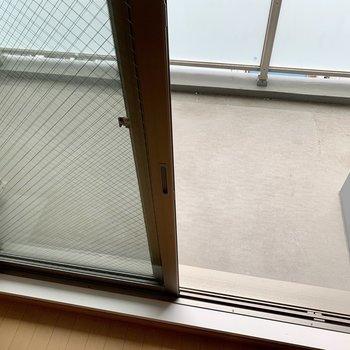比較的ゆったりめのバルコニー(※写真は8階の同間取り別部屋、清掃前のものです)