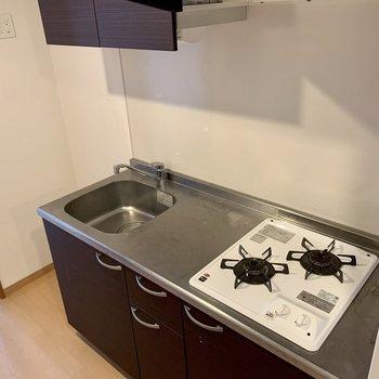 キッチン横に冷蔵庫等を置けます。(※写真は8階の同間取り別部屋、清掃前のものです)