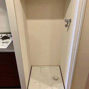 洗濯機置場はキッチン隣、脱衣所入り口付近にあります。(※写真は8階の同間取り別部屋、清掃前のものです)