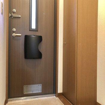 玄関ドアは窓付きで外の光がはいってきますよ。※写真は1階同間取り別部屋のものです。