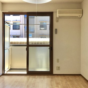 ベッドはお部屋右側におくと空間をうまく使えますよ。※写真は1階同間取り別部屋のものです。
