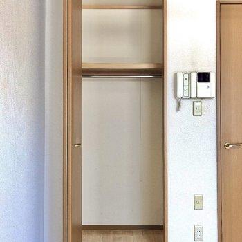 クローゼットは長めのコートも入るサイズです。※写真は1階同間取り別部屋のものです。