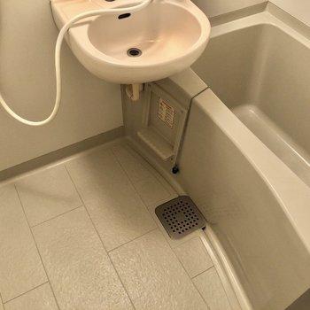 浴槽は深めです。※写真は1階同間取り別部屋のものです。