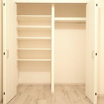 洋室の収納は棚もあり、使い分けがききます!