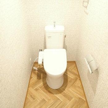 トイレの床はヘリンボーン!