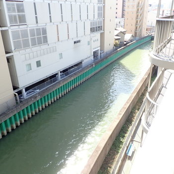 下には川が流れていました。