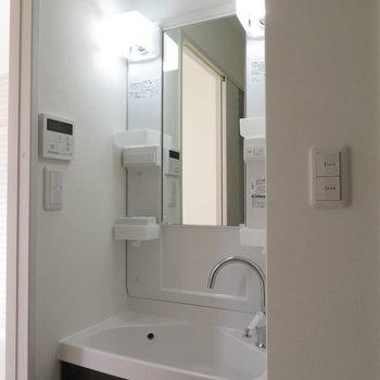 洗面台は狭い空間にジャスト※写真は反転間取り別部屋のものです