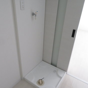 その向かいに洗濯置き場が※写真は反転間取り別部屋のものです