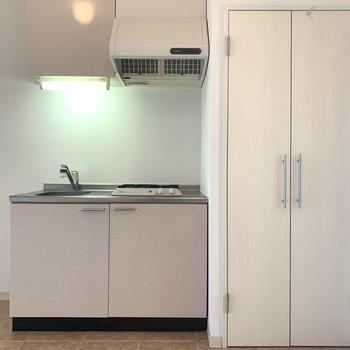 キッチンはコンパクトなサイズ感(※写真は2階反転間取り別部屋のものです)