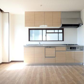 LDK】キッチンが大きい!窓が嬉しいですね。