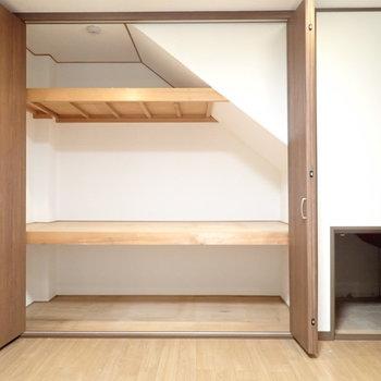 洋室9帖】階段下はたっぷり収納。