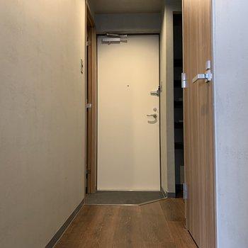 広い玄関なので荷物運びが楽になる〜。下駄箱は左右に2箇所あります。