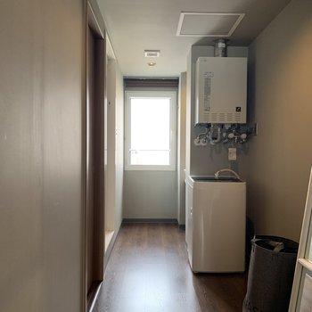 7.1帖の洋室からお風呂場へ向かう廊下兼脱衣所。光がよく入るので気持ちよい。